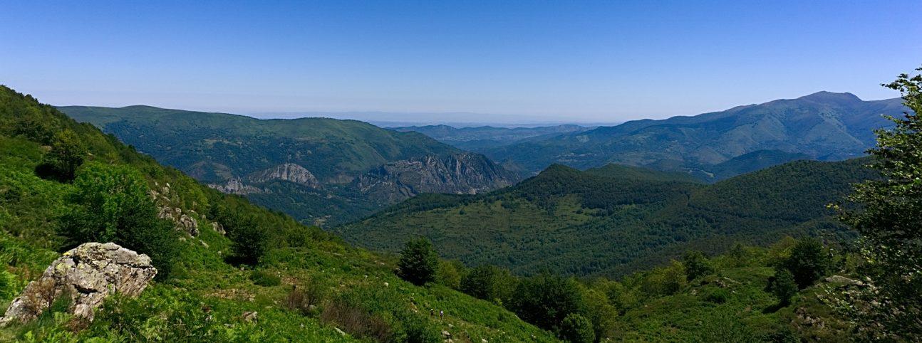 Vue sur une chaine montagneuse depuis les Thermes Ussat.