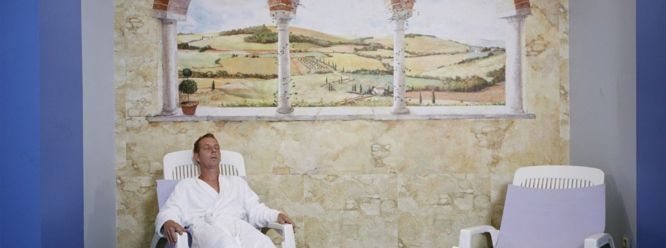 Un homme se repose dans une salle dédiée au Thermes Ussat.